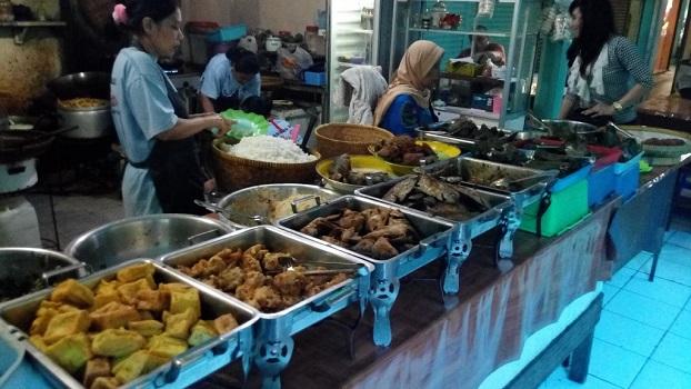 Warung Nasi Bu Eha di Pasar Cihapit yang Melegenda   bandungmu.com